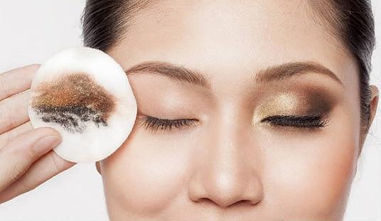 Retirar el maquillaje con agua micelar