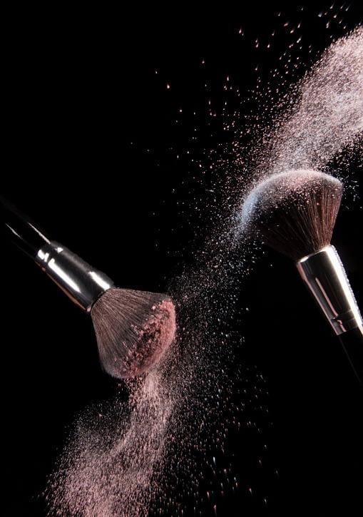 pinceles que liberan polvo de maquillaje