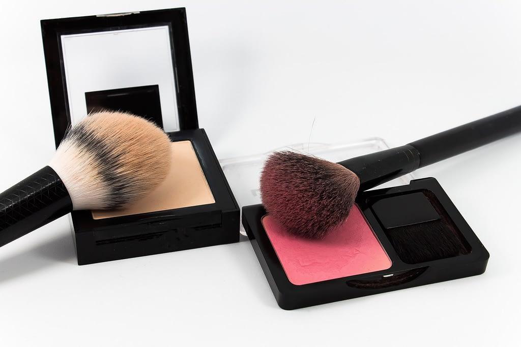 Polvo y colorete para un maquillaje de último minuto