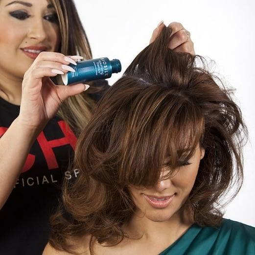 Aplicación de polvo de pelo
