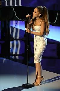 Ariana Grande y su cola en concierto