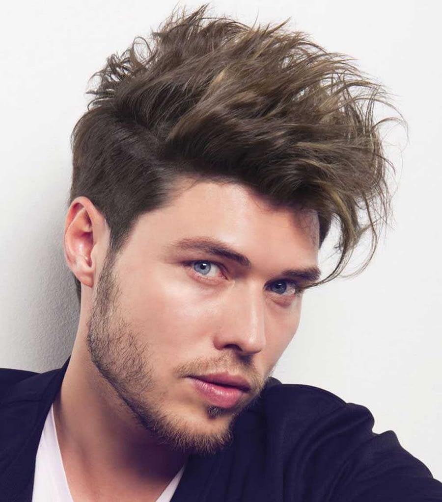El cabello del hombre se ve desordenado